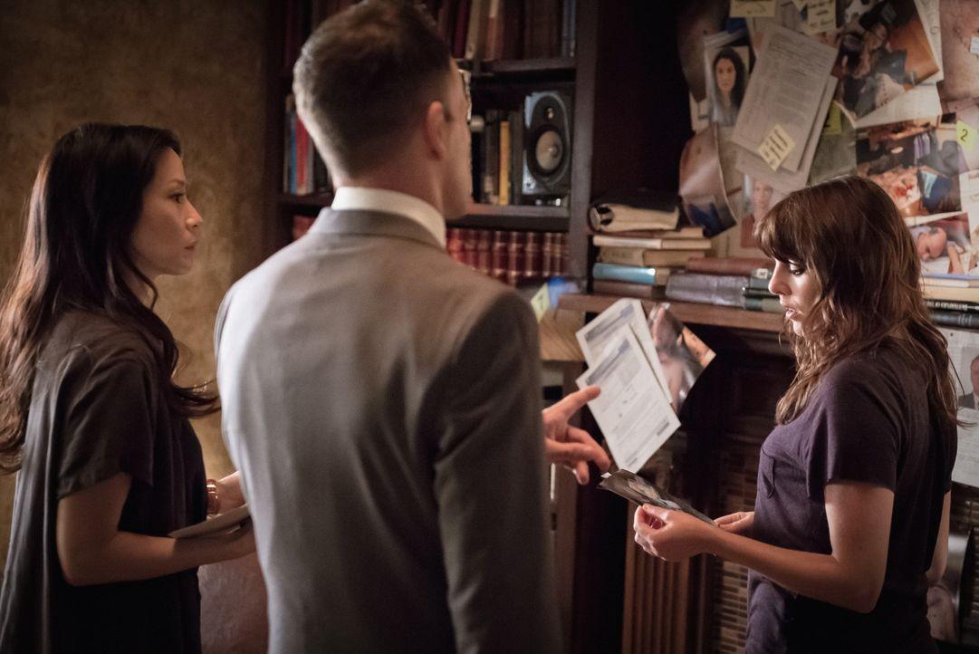 Kittys (Ophelia Lovibond, r.) Eifersucht droht, die Ermittlungen von Watson (Lucy Liu, l.) und Sherlock (Jonny Lee Miller, M.) zu behindern ... - Bildquelle: CBS Television