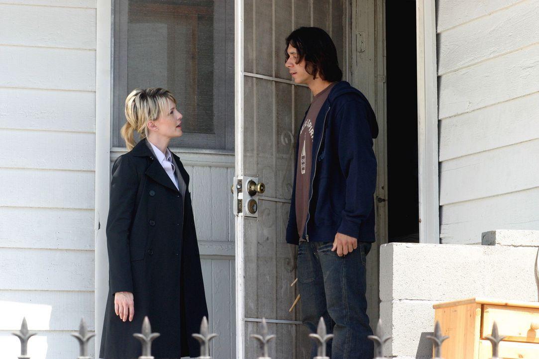 Brad Meyer (John Paul Pitoc, r.) ist ziemlich überrascht, als Det. Lilly Rush (Kathryn Morris, l.) vor der Tür steht und behauptet, dass unter sei... - Bildquelle: Warner Bros. Television