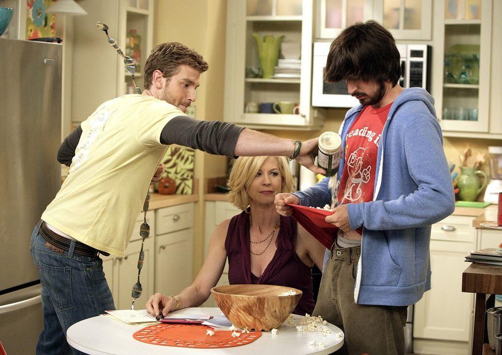 Zack (Jon Foster, l.) und Davis (Nicolas Wright, r.) machen sich über Billies (Jenna Elfman, M.) Popcorn-Vorräte her ... - Bildquelle: 2009 CBS Broadcasting Inc. All Rights Reserved