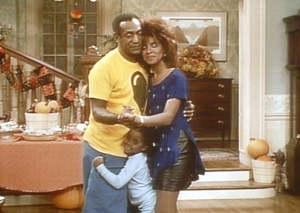 Cliff (Bill Cosby, l.) und Clair (Phylicia Rashad, r.) fühlen sich nach der Party selbst noch einmal wie Teenager. Auch Rudy (Keshia Knight Pulliam... - Bildquelle: Viacom