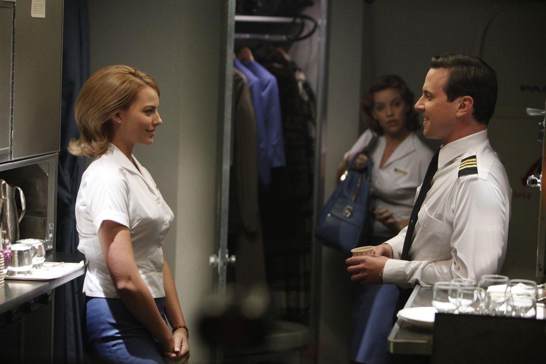 Für die bildhübsche Laura Cameron (Margot Robbie, l.) ist es leicht, neue Kontakte zu knüpfen und auch der erste Offizier Ted Vanderway (Michael... - Bildquelle: 2011 Sony Pictures Television Inc.  All Rights Reserved.