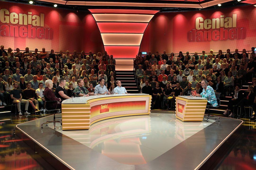 Für das Rateteam heißt es, skurrile und witzige Fragen der Zuschauer zu beantworten, die Hugo Egon Balder (r.) stellt: Bastian Pastewka (3.v.r.), Ch... - Bildquelle: Frank Hempel SAT.1