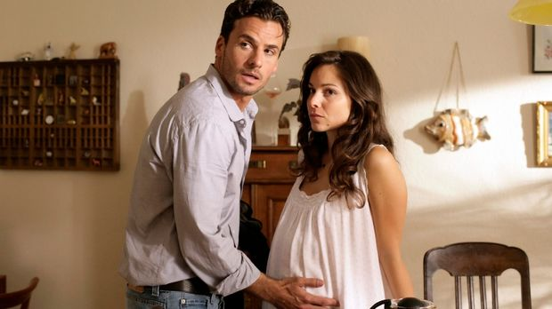 Die schwangere Bettina (Mina Tander, r.) ist besorgt, als ihr Freund, Hauptko...
