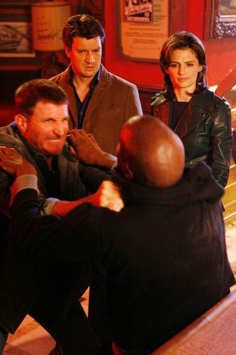 Beckett (Stana Katic, r.) und Castle (Nathan Fillion, 2.v.l.) geraten Mitten in eine Bar-Schlägerei. - Bildquelle: ABC Studios
