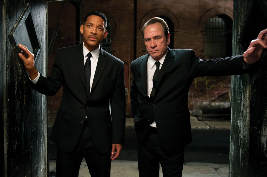 Noch ahnt Agent Jay (Will Smith, l.) nicht, dass sein inzwischen in den Ruhestand versetzter Kollege Kay (Tommy Lee Jones, r.) einige gefährliche Ge... - Bildquelle: Wilson Webb 2012 Columbia Pictures Industries, Inc.  All rights reserved.