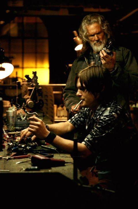 Weil weder Knoblauch noch Silberzeug gegen die sich rasend vermehrenden Reaper-Mutanten helfen, greifen Scud (Norman Reedus, l.) und Whistler (Kris... - Bildquelle: New Line Cinema