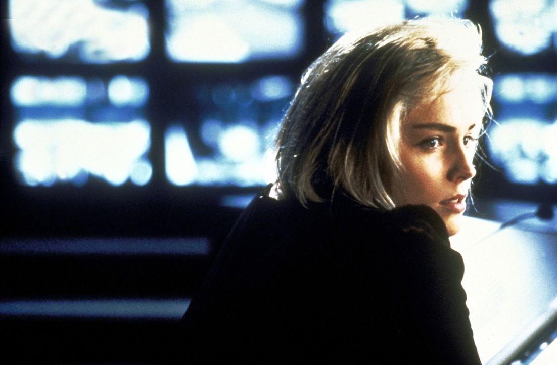 Eines Tages entdeckt Carly (Sharon Stone) zufällig Zekes voyeuristische Neigungen: Von einer Schaltzentrale aus kann in die Wohnungen seines Hochha... - Bildquelle: Paramount Pictures