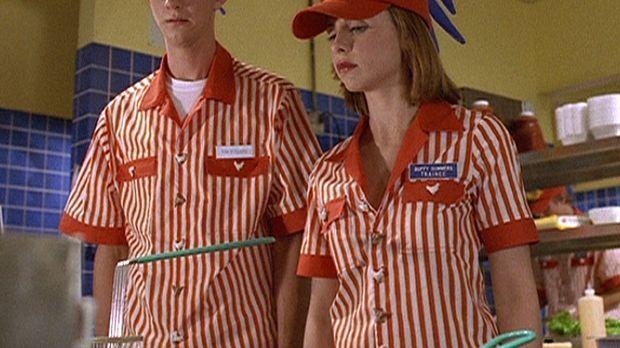 Buffy (Sarah Michelle Gellar, r.) braucht dringend Geld und nimmt einen Job i...