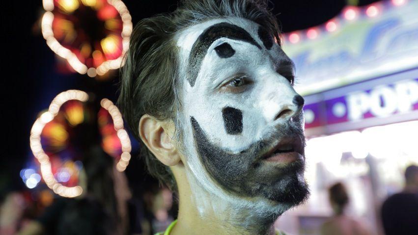 Reporter Thilo Mischke mit der Clownsmaske als Erkennungszeichen der Juggalos