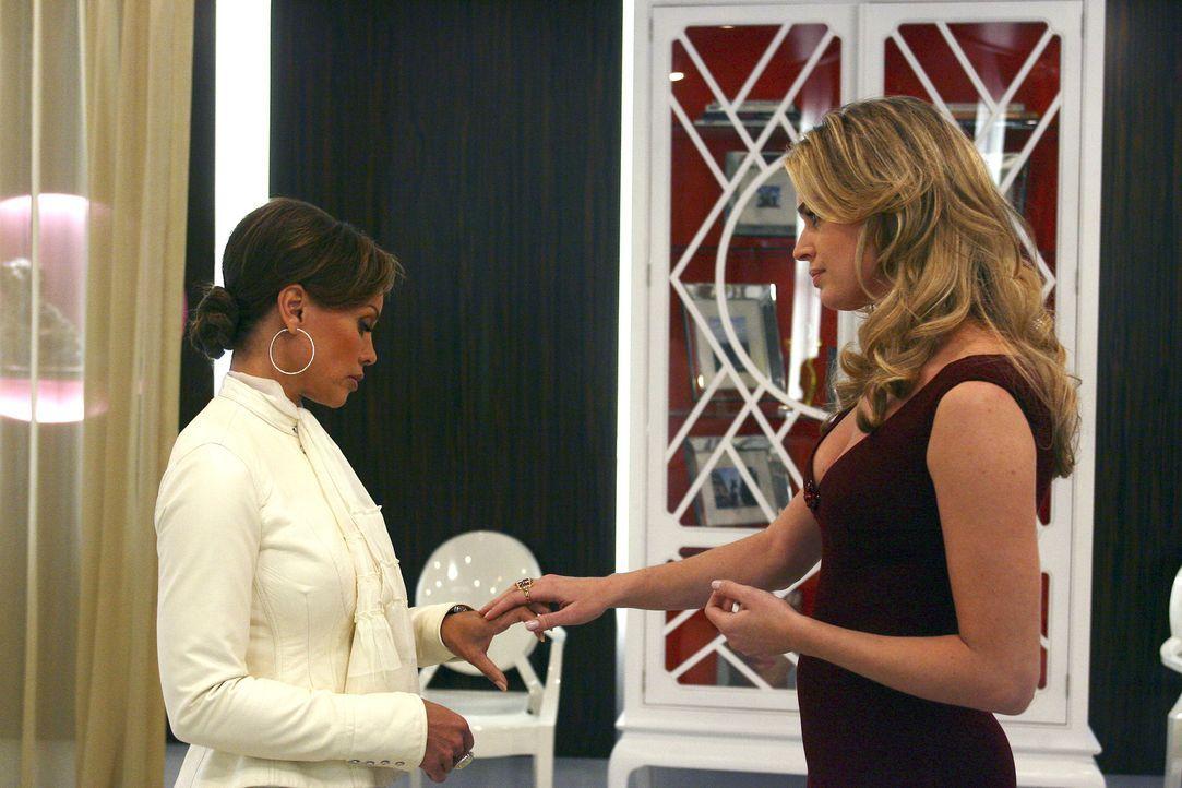 Wilhelmina Slater (Vanessa Williams, l.) bekommt von einem Geheimnis Wind und nutzt ihr Wissen, um Alexis (Rebecca Romijn, r.) in Unruhe zu versetze... - Bildquelle: Buena Vista International Television