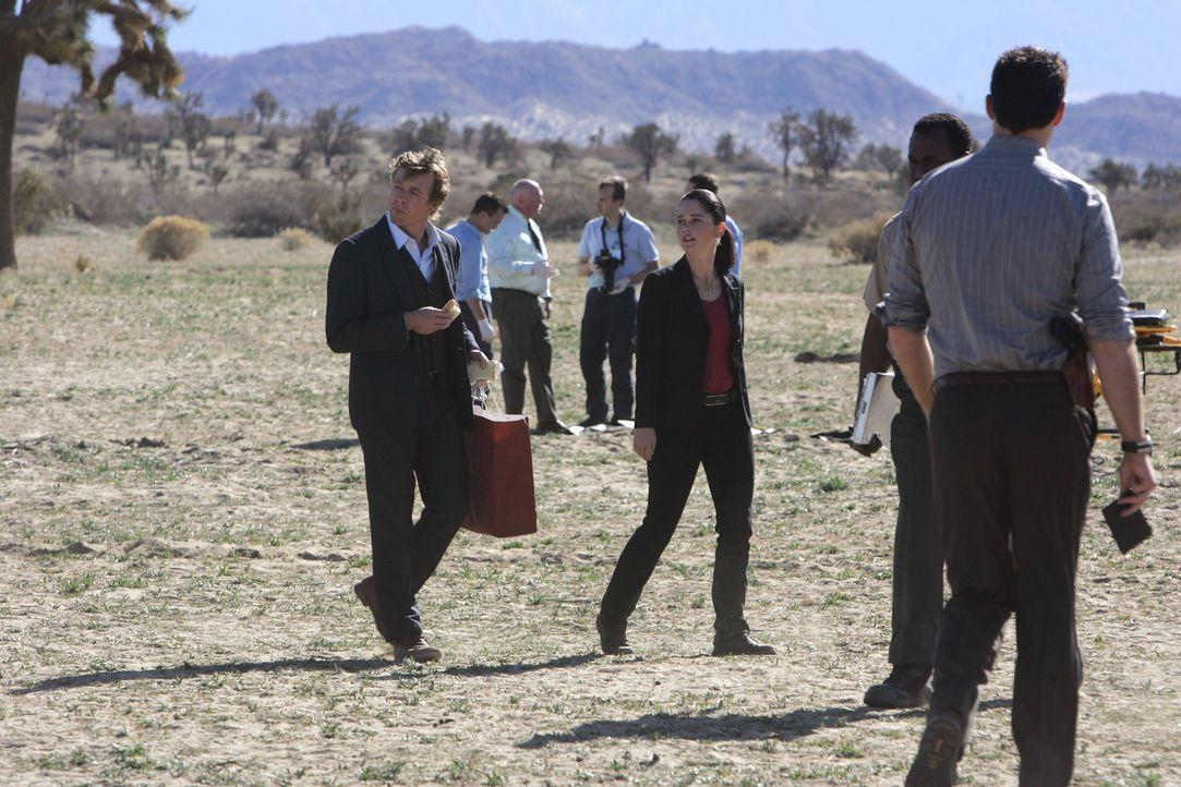 Mit viel Gespür für Täter versuchen Patrick (Simon Baker, vorne l.) und Teresa (Robin Tunney, vorne M.) einen neuen Fall zu lösen ... - Bildquelle: Warner Bros. Television