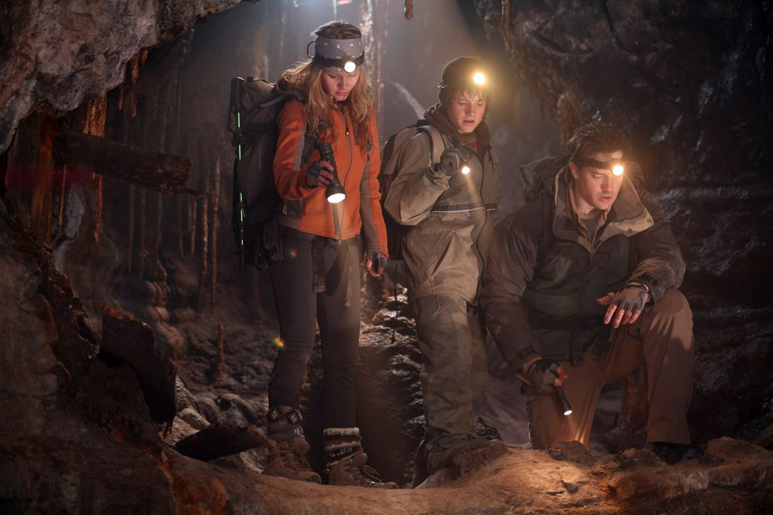 Bei der Erkundung einer Höhle machen Hannah (Anita Briem, l.), Sean (Josh Hutcherson, M.) und sein Onkel Trevor (Brendan Fraser, r.) eine unglaublic... - Bildquelle: 2007 New Line Productions, Inc. and Walden Media, LLC.