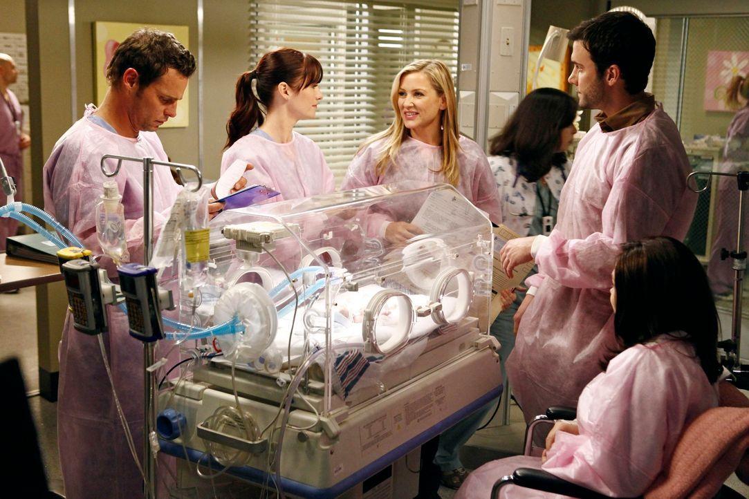 Hoffen, dass das Frühchen alles gut übersteht: Alex (Justin Chambers, l.), Lexie (Chyler Leigh, 2.v.l.), Arizona (Jessica Capshaw, 3.v.l.) und die E... - Bildquelle: ABC Studios