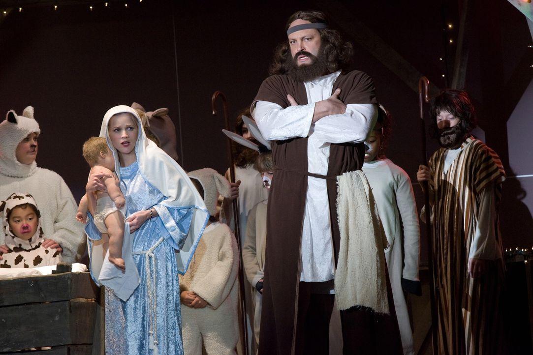 Sir rechneten mit dem Schlimmsten - und es tritt auch ein: Als die Darsteller von Maria und Joseph ausfallen, müssen Kate (Reese Witherspoon, l.) u... - Bildquelle: Warner Bros. Television