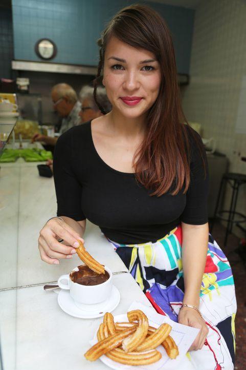 So ein Frühstück könnte es immer geben: Rachel gönnt sich in Barcelona Churros mit Schokolade ... - Bildquelle: Richard Hall BBC 2014