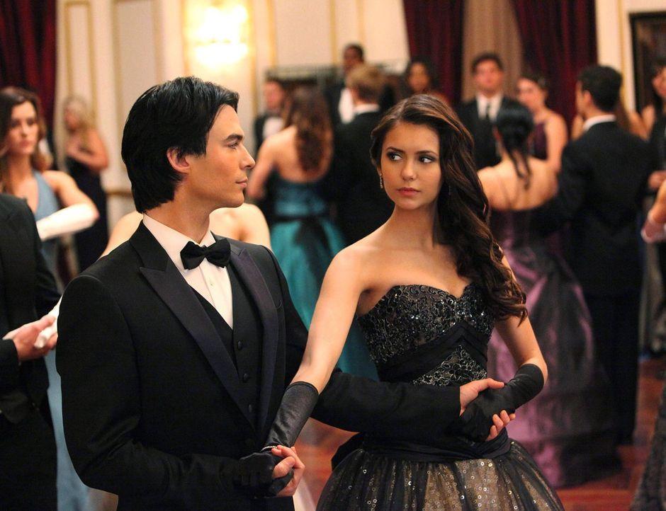 Ein Tänzchen in Ehren kann keiner verwehren: Damon Salvatore (Ian Somerhalder, l.) und Elena (Nina Dobrev, r.) - Bildquelle: Warner Brothers