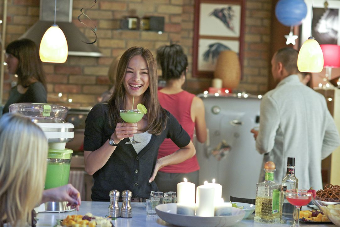Eigentlich würde Cat (Kristin Kreuk, M.) ihren Geburtstag lieber mit Vincent verbringen, doch ihre Schwester Heather hat eine Überraschungsparty org... - Bildquelle: 2012 The CW Network, LLC. All rights reserved.