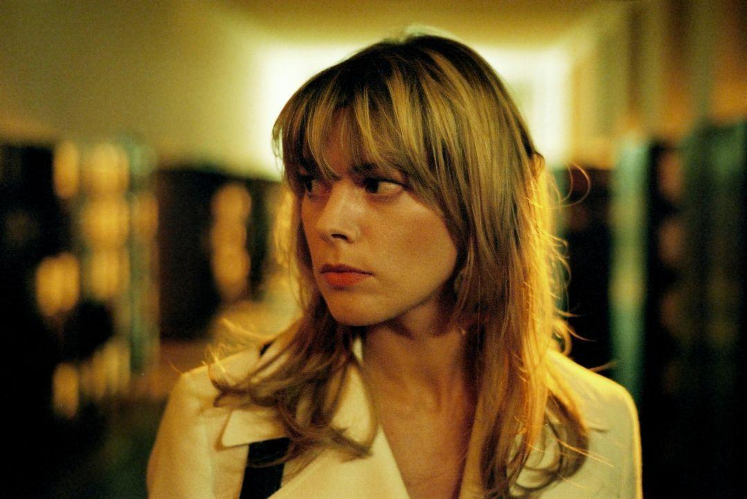 Die Jurastudentin Sabine Lutter (Anke Steinkemper) hat spätabends noch einen Termin in der Uni - wenig später wird sie tot aufgefunden. - Bildquelle: Oliver Feist Sat.1