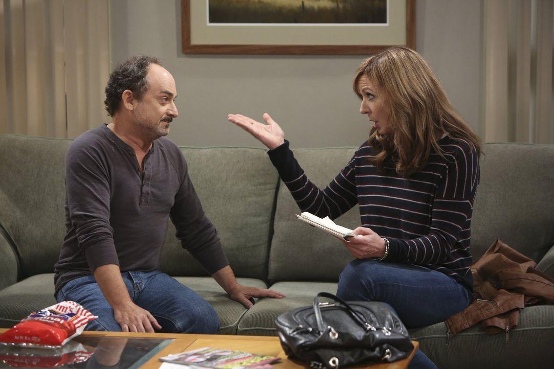 Bonnie (Allison Janney, r.), von Christy motiviert, möchte ihre Fehler Alvin (Kevin Pollak, l.) gegenüber gut machen. Doch dieser ist schockiert übe... - Bildquelle: Warner Bros. Television