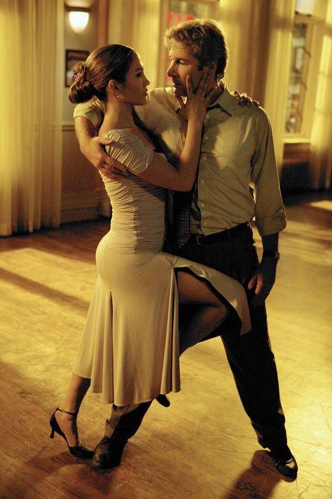 Anwalt John Clark (Richard Gere, r.) ist die Lebensfreude abhanden gekommen. Deshalb meldet er sich in einem Tanzstudio an und blüht dank Wiegeschr... - Bildquelle: Buena Vista International Television