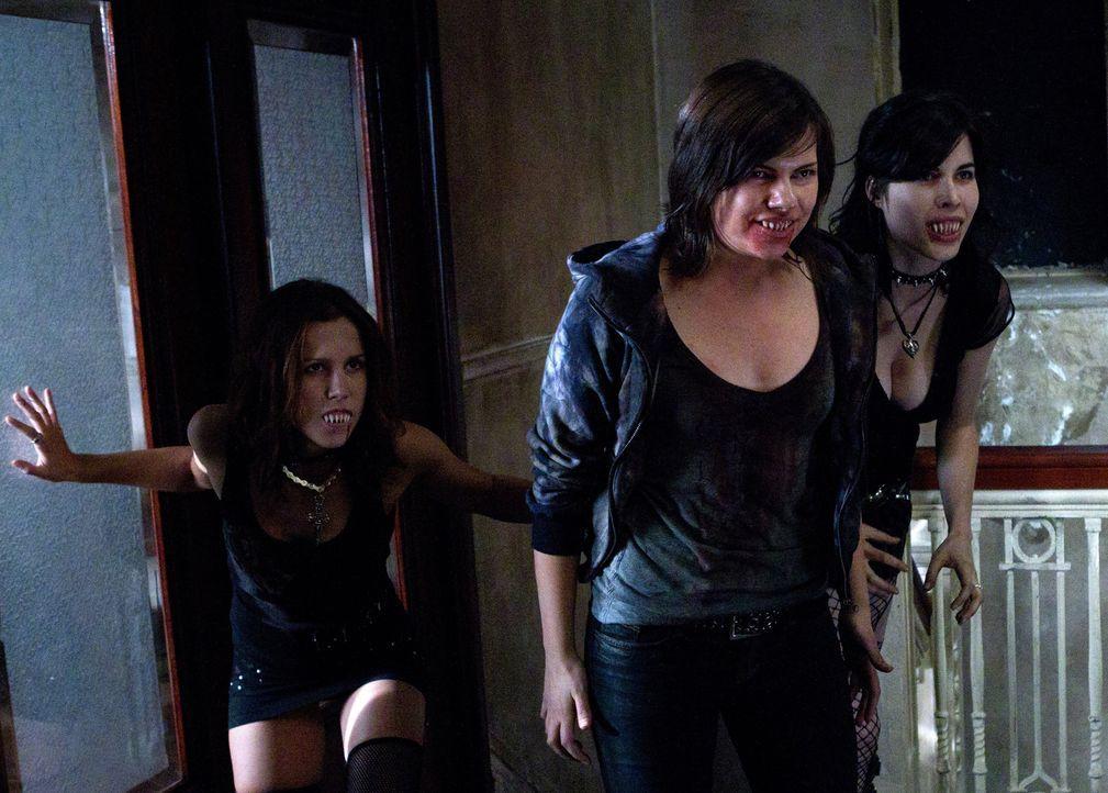Der Versuch eine ganze Gruppe von Vampiren (Elise Gatien, l., Julia Rhodes, M.)  zu töten, geht fast vollkommen schief ... - Bildquelle: Warner Bros. Television