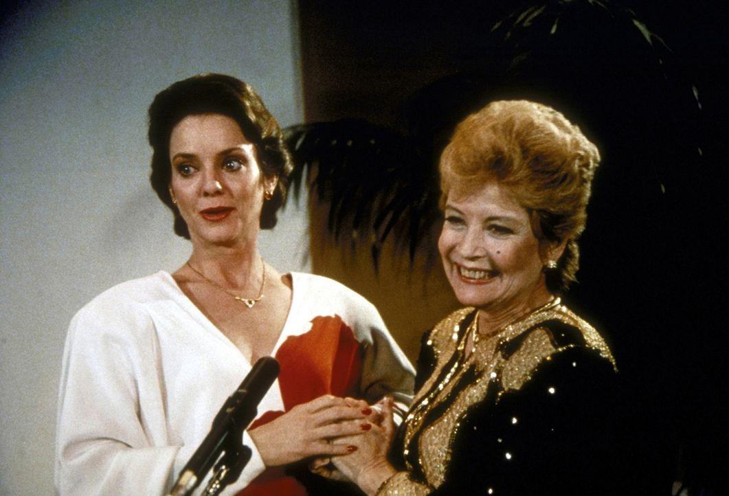 Phoebe Hall (Gloria De Haven, r.) und Tochter Gail (Judith Chapman, l.) haben nach jahrelangem Streit wieder zueinandergefunden. - Bildquelle: Worldvision Enterprises, Inc.