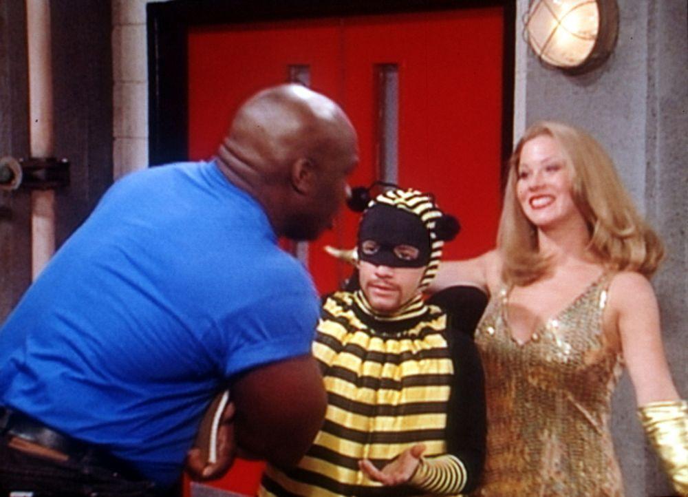 Bud Bundy (David Faustino, M.) vor seinem Auftritt mit dem berühmten Wrestling-Idol King Kong. Kelly (Christina Applegate, r.) findet das herrlich... - Bildquelle: Columbia Pictures