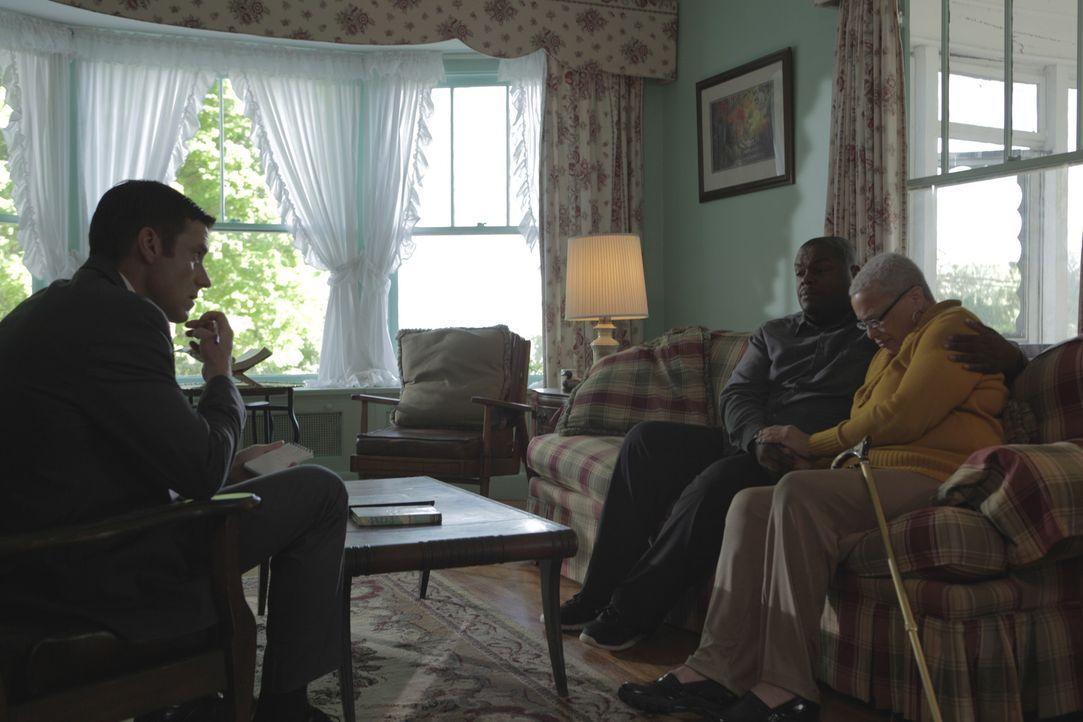 Als Ernestine Addison und ihr Sohn Bobby kaltblütig erschossen werden, ist die Nachbarschaft in Aufruhe. Lt. Joe Kendas (Carl Marino, l.) einziger H... - Bildquelle: Jupiter Entertainment