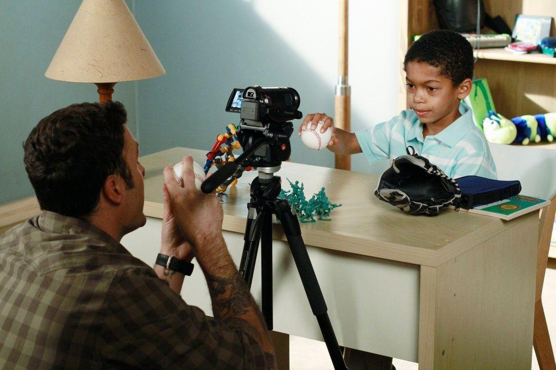 Genießen die gemeinsame Zeit: Keith (Brian Austin Green, l.) und sein Sohn Charlie (Sayeed Shahidi, r.) ... - Bildquelle: ABC Studios