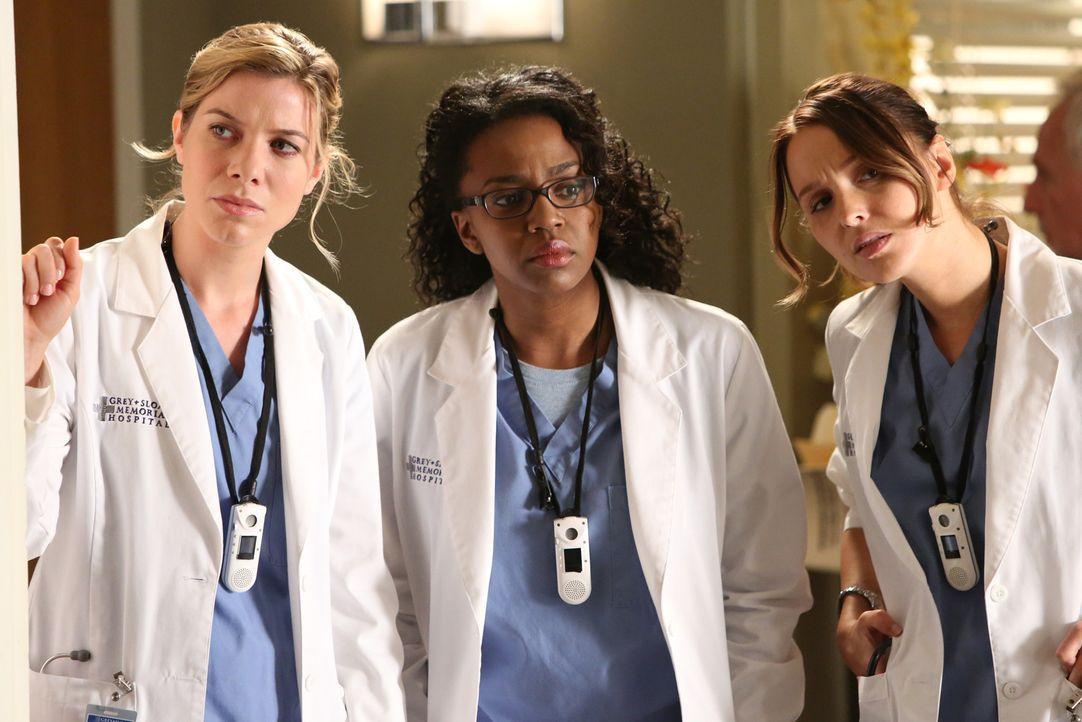Die jungen Ärzte Leah (Tessa Ferrer, l.), Stephanie (Jerrika Hinton, M.) und Jo (Camilla Luddington, r.) sind schockiert über den plötzlichen Tod... - Bildquelle: ABC Studios