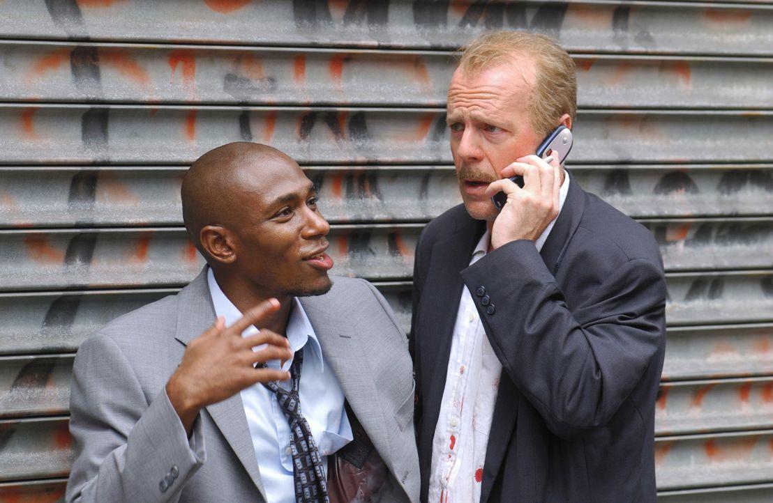 Nachdem Jack Mosley (Bruce Willis, r.) demGefangenen Eddie Bunker (Mos Def, l.) gerade noch das Leben retten konnte, versucht er Hilfe bei seinen Ko... - Bildquelle: Nu Image