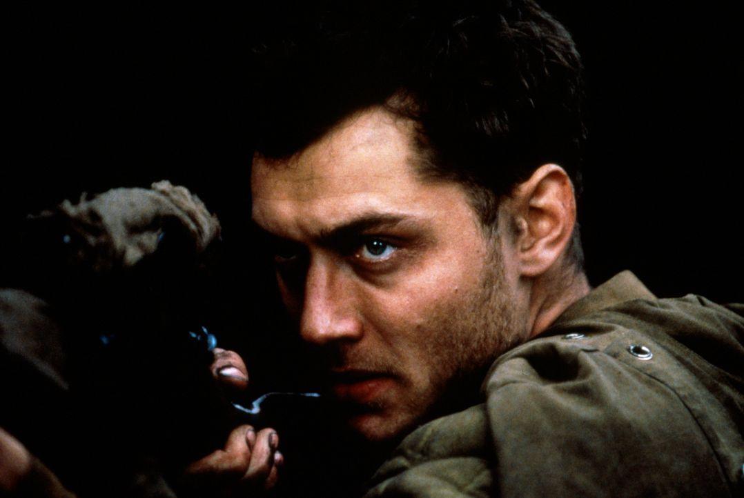 Während die deutschen und russischen Streitkräfte zehntausend Soldaten gegeneinander hetzen und die Welt voller Angst auf den Ausgang der Schlacht u... - Bildquelle: 2000 MP Film Mgmt. DOS Prods.
