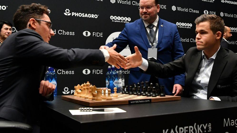 Carlsen (r.) verpasst Sieg gegen Caruana (l.) - Bildquelle: AFPAFPBen STANSALL