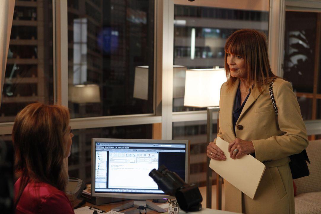 Joan (Joanna Cassidy, r.) findet es schade, dass ihre Tochter (Dana Delany, l.)ihr gegenüber so distanziert ist, doch dafür gibt es einen bestimmten... - Bildquelle: 2010 American Broadcasting Companies, Inc. All rights reserved.