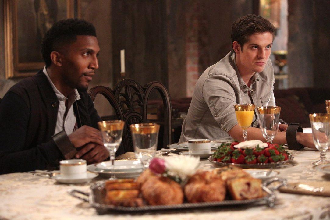 Werden sich Vincent (Yusuf Gatewood, l.) und Kol (Daniel Sharman, r.) wirklich gegen ihre Mutter wenden? - Bildquelle: Warner Bros. Television