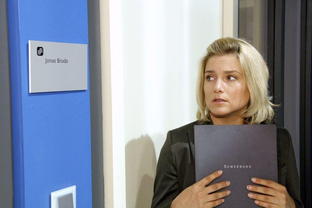Mit klopfendem Herzen steht Anna (Jeanette Biedermann) vor der Tür des Juniorchefs der Agentur ... - Bildquelle: Claudius Pflug Sat.1