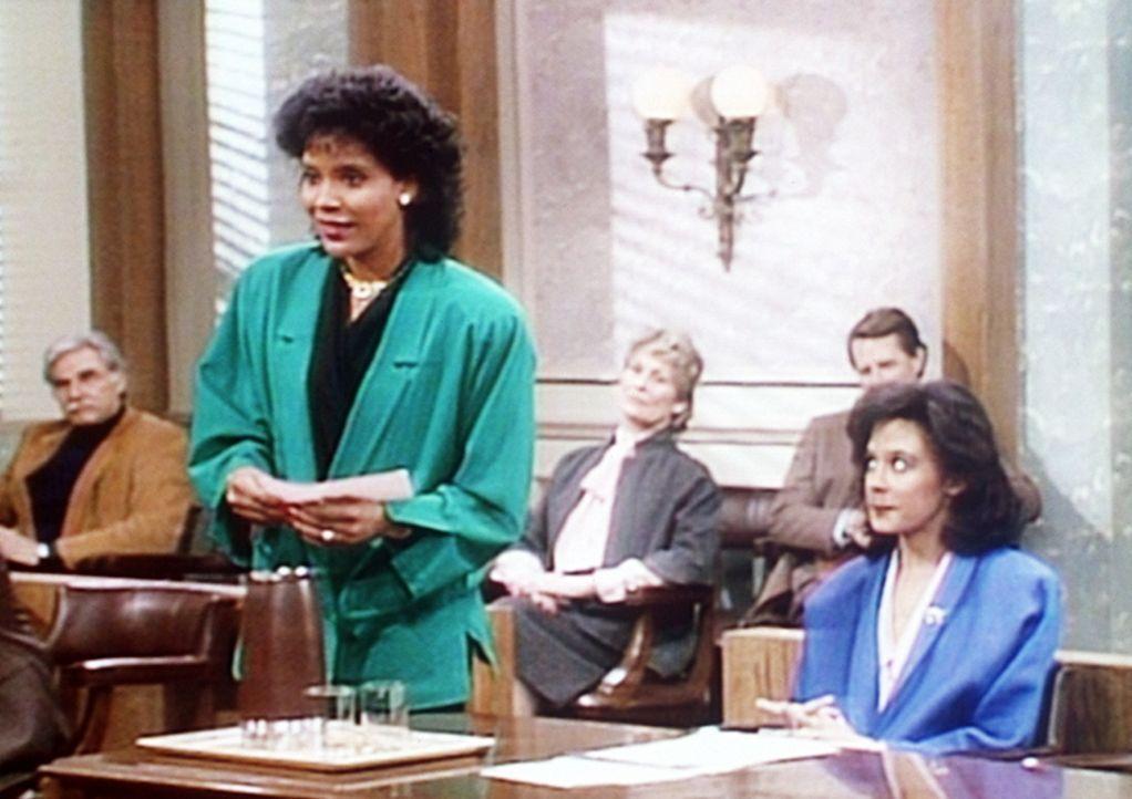 Clair (Phylicia Rashad, l.) verteidigt ihre Tochter Sondra (Sabine LeBeauf, r.) vor Gericht. - Bildquelle: Viacom