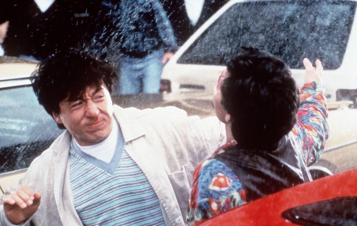 Fernsehkoch Jackie (Jackie Chan, l.) versucht, den Gangstern die Suppe zu versalzen ... - Bildquelle: Kinowelt Filmverleih