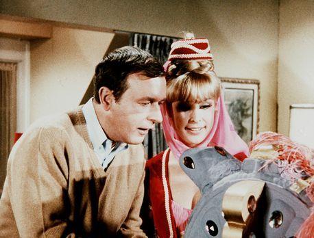 Bezaubernde Jeannie - Roger (Bill Daily, l.) bittet Jeannie (Barbara Eden, r....
