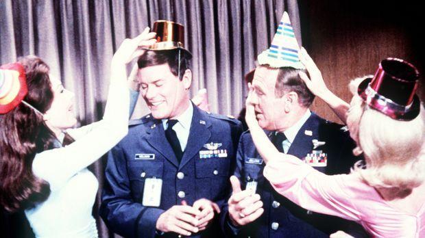 Bevor Tony (Larry Hagman, 2.v.l.) heiratet, geben Roger und Dr. Bellows (Hayd...