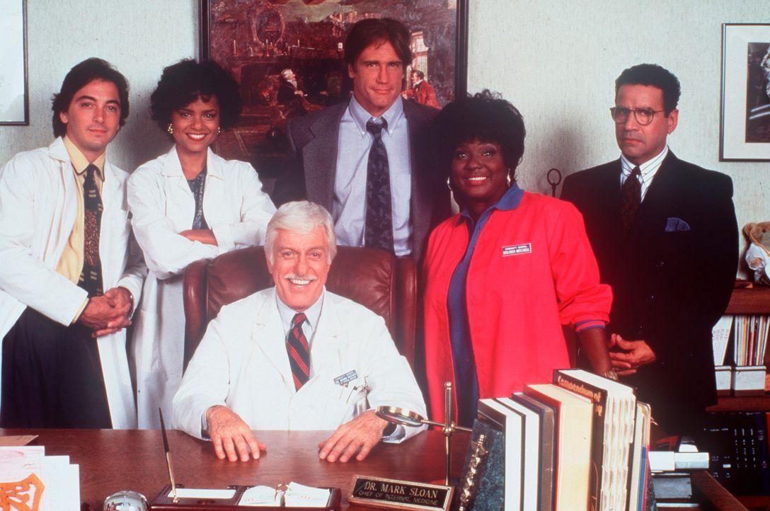 Dr. Sloan (Dick Van Dyke, sitzend) inmitten seines bewährten Teams. (v.l.n.r.) Jack (Scott Baio), Amanda (Victoria Rowell), sein Sohn Steve (Barry... - Bildquelle: Viacom
