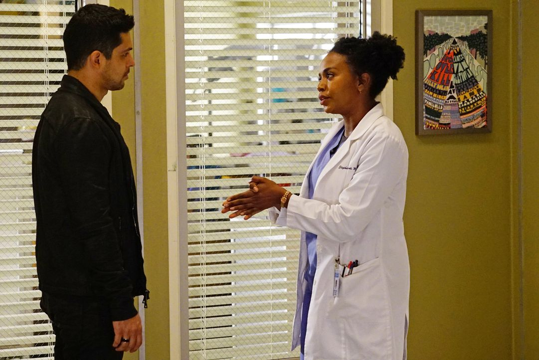 Kyle Diaz (Wilmer Valderrama, l.) versucht alles, um bei Stephanie (Jerrika Hinton, r.) zu landen. Doch wird er dabei Erfolg haben? - Bildquelle: Richard Cartwright ABC Studios
