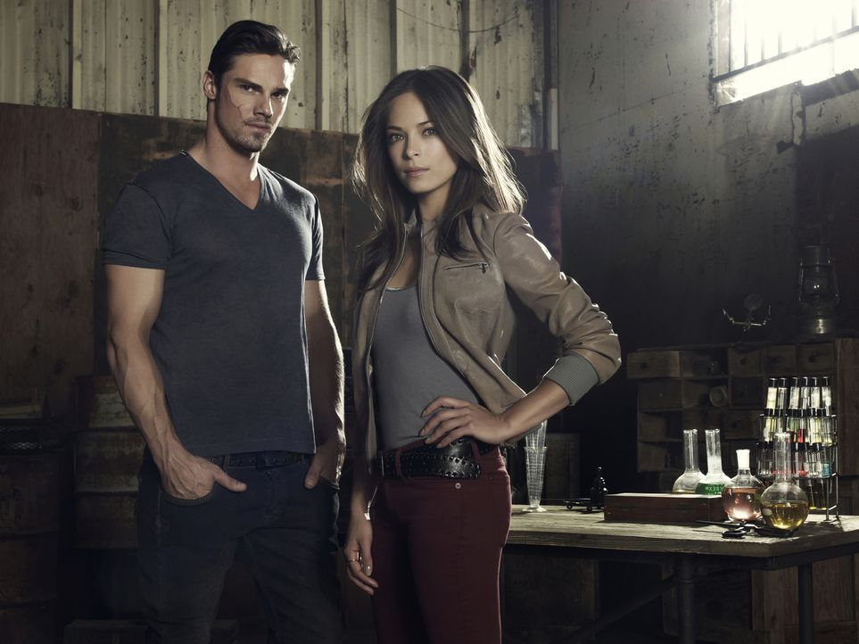 "(1. Staffel) - Als Teenager musste Catherine ""Cat"" Chandler (Kristin Kreuk, r.) den Mord an ihrer Mutter mitansehen. Die Mörder wollten auch Cat umb... - Bildquelle: 2012 The CW Network, LLC. All rights reserved."