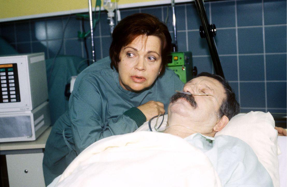 Schwester Klara (Walfriede Schmitt, l.) bangt um das Leben ihres Friedrich (Horst Weinheimer, r.), der bei einem Polizeieinsatz gefährlich verletzt... - Bildquelle: Noreen Flynn Sat.1