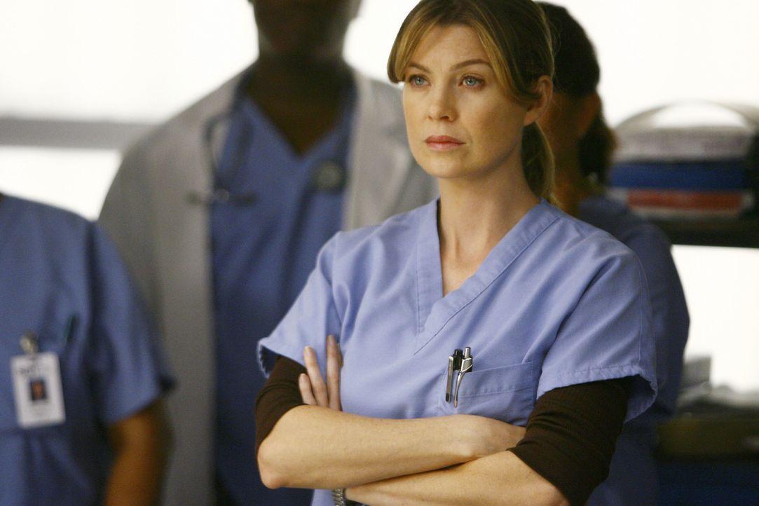 Owen Hunt findet die verletzte Cristina und trägt sie in die Klinik, wo er und Meredith (Ellen Pompeo) sie behandeln. Cristina will nicht, dass Webb... - Bildquelle: Touchstone Television