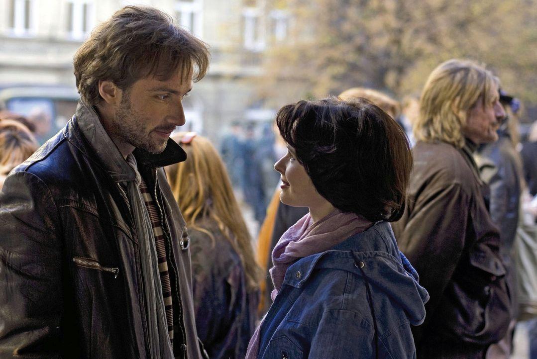 Jule (Anna Fischer, r.) und Lutz (Lucas Gregorowicz, l.) demonstrieren gemeinsam vor der Gethsemanekirche. - Bildquelle: Dirk Plamböck Sat.1
