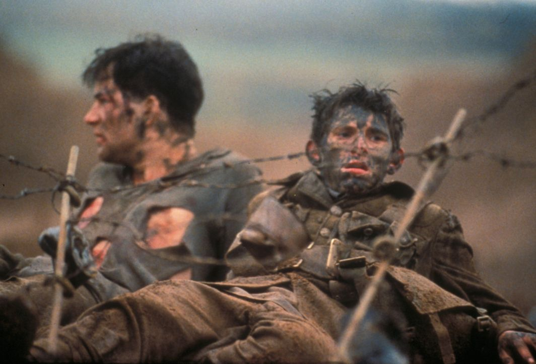 Auf ihrem Weg durch den dichten Nebel treffen die britischen Soldaten auf eine Gruppe von verängstigten, deutschen Soldaten, die sich in einem weit... - Bildquelle: F.A.M.E. AG