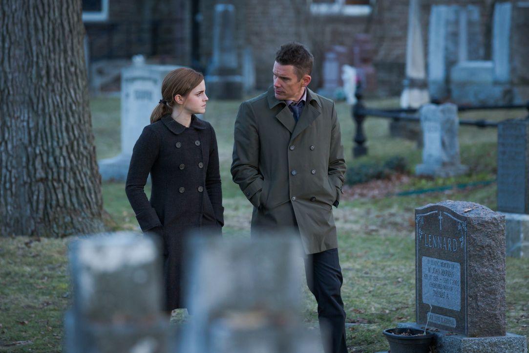 Wird es Detective Bruce Kenner (Ethan Hawke, r.) gelingen, den Fall von Angela Gray (Emma Watson, l.) aufzulösen, bei dem es sich zunächst nur um ei... - Bildquelle: Tobis Film