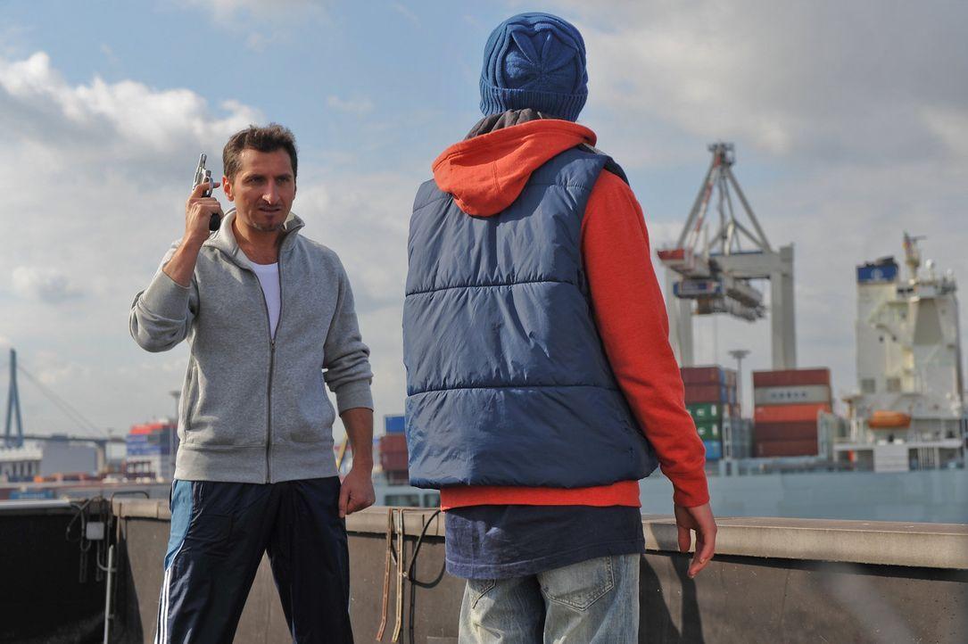 Erst in letzter Sekunde kann Süleyman (Tim Seyfi, l.) den enttäuschten Niklas (Maximilian Werner, r.) vor einer Dummheit bewahren, indem er sofort... - Bildquelle: Boris Laewen SAT.1