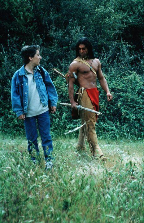 Jimmy (Miko Hughes, l.) freundet sich mit Tukayoo (Jay Tavare, r.) an ... - Bildquelle: Miracle Entertainment